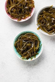 Salada de algas com sementes de gergelim