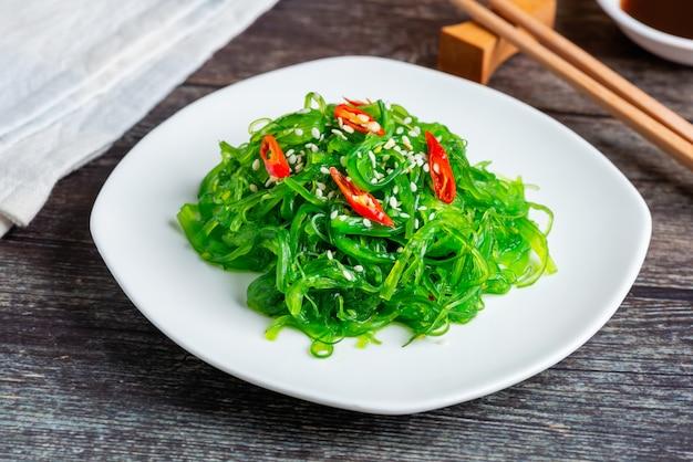 Salada de algas frescas, comida vegetariana saudável.