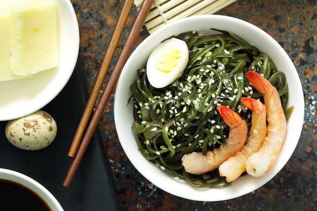 Salada de algas frescas deliciosas. fechar-se