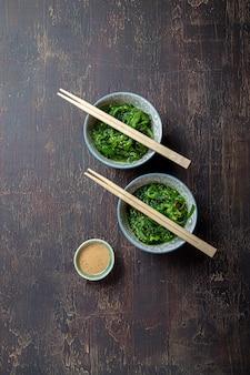 Salada de algas japonesas com molho de nozes