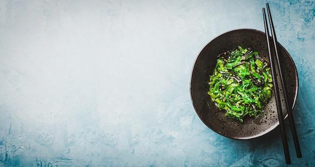 Salada de algas servida e pronta para comer