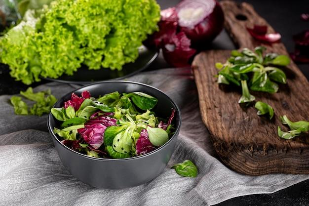 Salada de alto ângulo com diferentes ingredientes na tigela escura