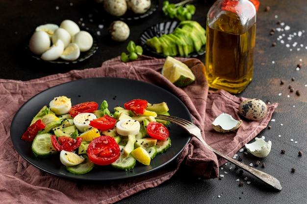 Salada de alto ângulo com diferentes ingredientes