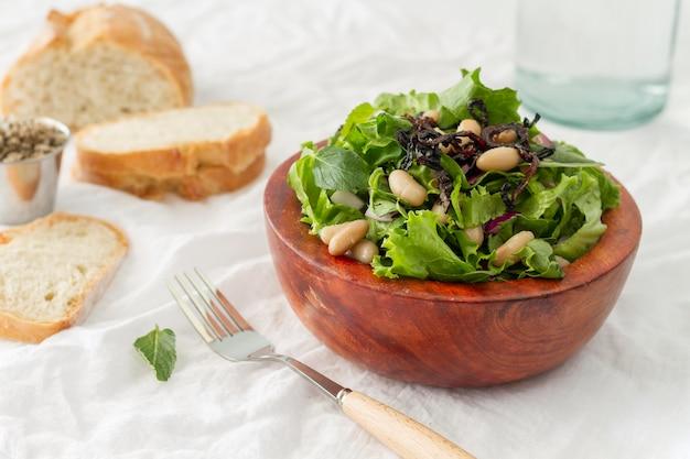 Salada de ângulo alto com feijão branco e pão