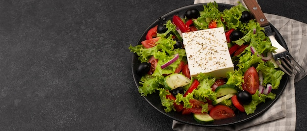 Salada de ângulo alto com queijo feta e copy-space