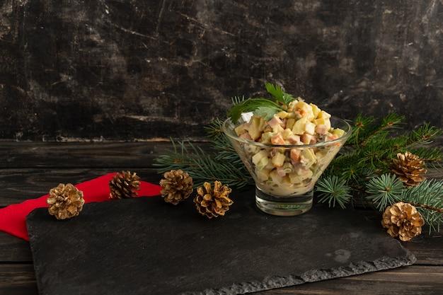 Salada de ano novo tradicional russa olivier salada de ano novo ou de natal servindo fundo preto