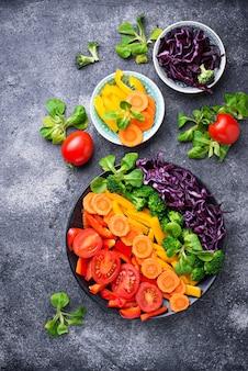 Salada de arco-íris vegetariana saudável