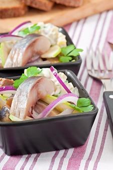 Salada de arenque com cebola e maçã verde