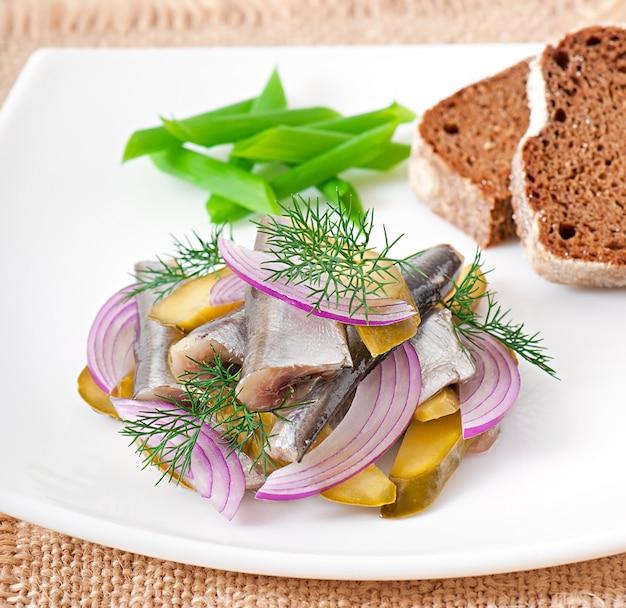 Salada de arenque com pepinos em conserva e cebola