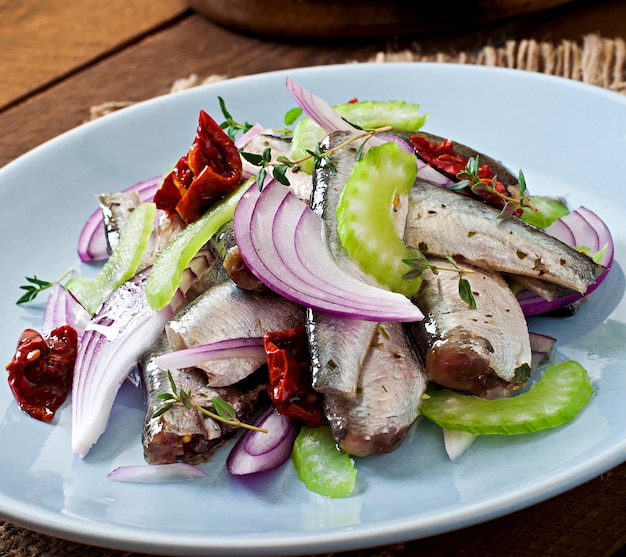 Salada de arenque com tomate seco, aipo e cebola vermelha