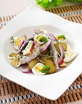Salada de arenque, maçãs e ovos