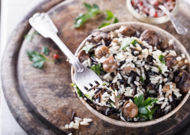Salada de arroz branco e selvagem com cogumelos e ervas