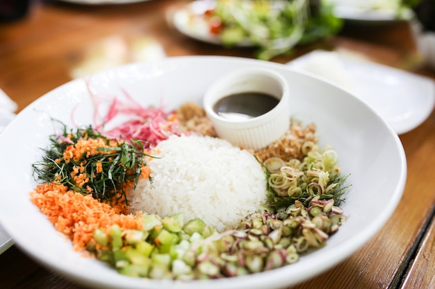 Salada de arroz picante com legumes