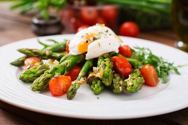 Salada de aspargos, tomate e ovo escalfado