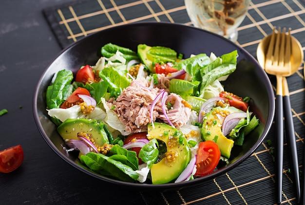 Salada de atum com alface, tomate cereja, abacate e cebola roxa. comida saudável. cozinha francesa.