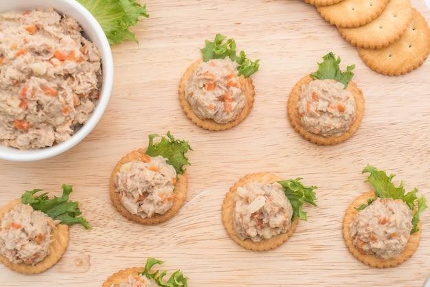 Salada de atum com biscoito