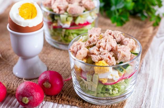 Salada de atum com ovo, repolho, rabanete e pepino, close up