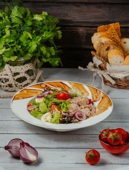 Salada de atum com ovos cozidos, alface, feijão verde, tomate, cebola e milho