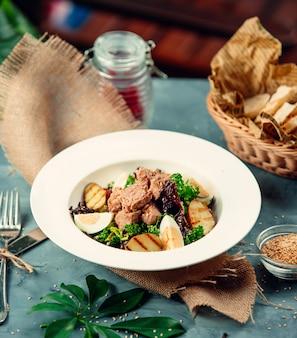 Salada de atum com ovos cozidos e rúcula