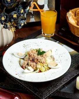 Salada de atum com ovos cozidos
