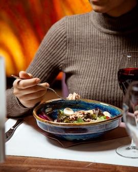 Salada de atum com ovos e um copo de vinho