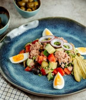 Salada de atum com ovos fatiados