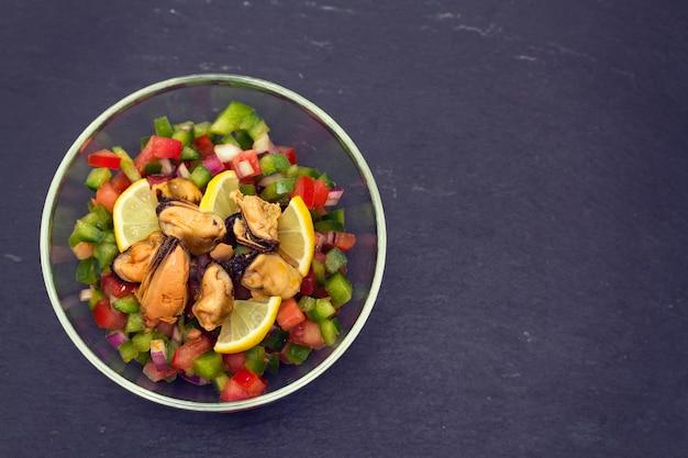 Salada de atum com tomate e pimenta em uma tigela