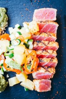 Salada de atum crua grelhado com legumes