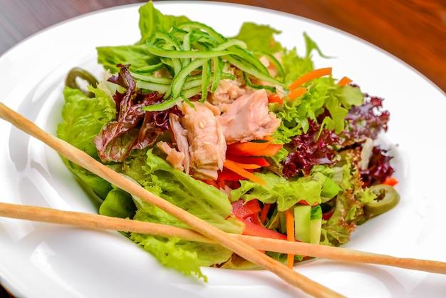 Salada de atum e legumes
