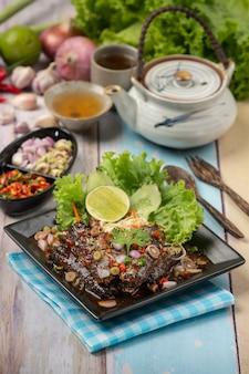 Salada de atum em conserva picante e ingredientes de comida tailandesa