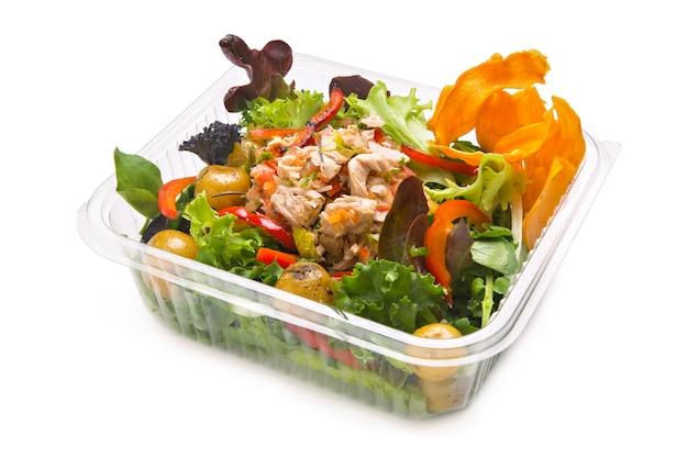 Salada de atum saudável em um recipiente de plástico para viagem
