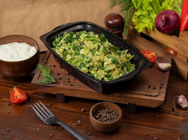 Salada de batata com ovos, ervas e legumes picados.