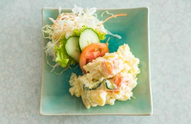 Salada de batatas no prato