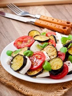 Salada de berinjela com tomate e queijo feta