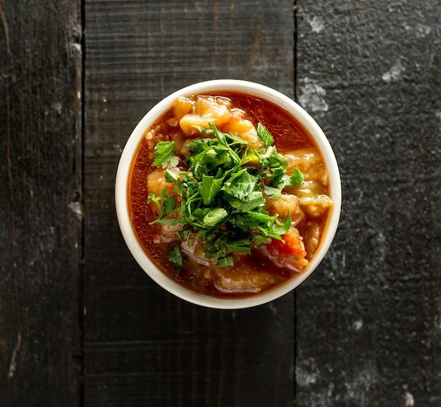 Salada de berinjela defumada com tomate e salsa