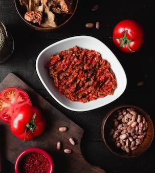 Salada de berinjela esmagada com pimenta e tomate