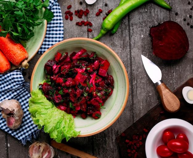 Salada de beterraba com beterraba e feijão em cima da mesa