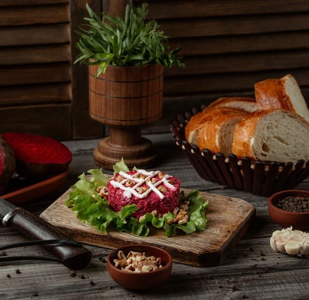 Salada de beterraba com nozes e maionese