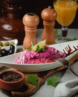 Salada de beterraba com suco de laranja em cima da mesa