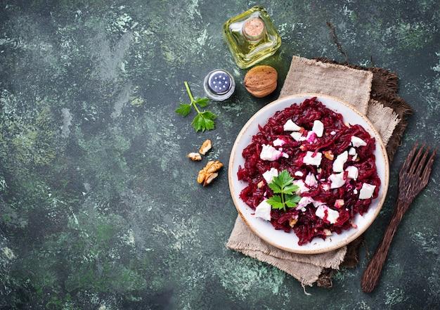 Salada de beterraba saudável com queijo feta e nozes