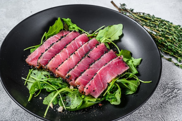 Salada de bife de atum com rúcula e espinafre.
