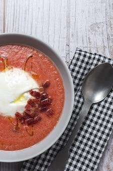 Salada de burrata italiana caseira com sopa de manjericão de tomate. conceito de comida italiana e espanhola