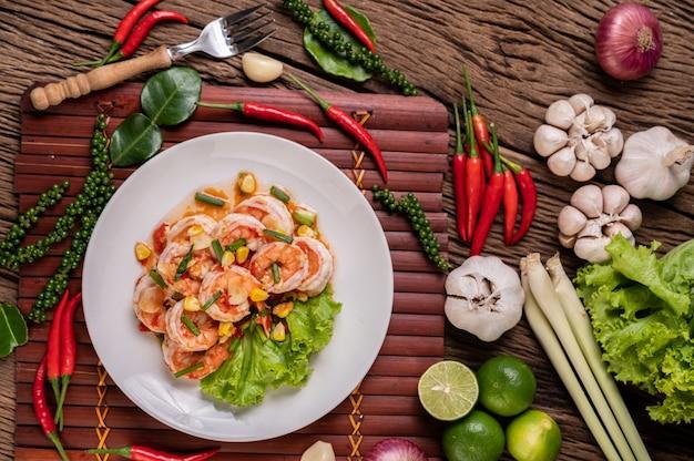 Salada de camarão branco com alface milho e cebolinha