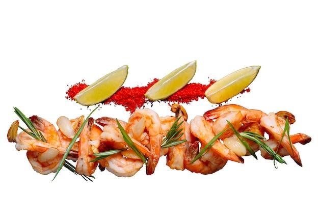 Salada de camarão com alecrim isolado em um fundo branco.