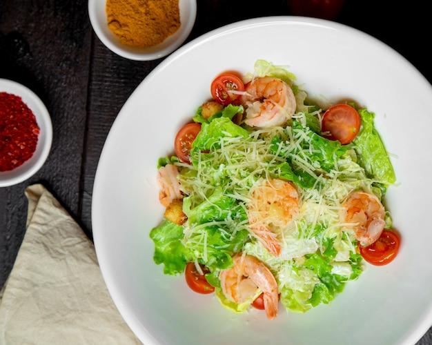 Salada de camarão com alface coberta com queijo
