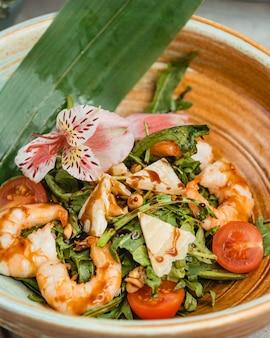 Salada de camarão com espinafre, alface, tomate cereja, parmesão