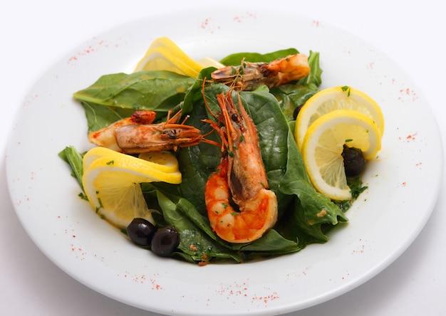 Salada de camarão com espinafre e limão