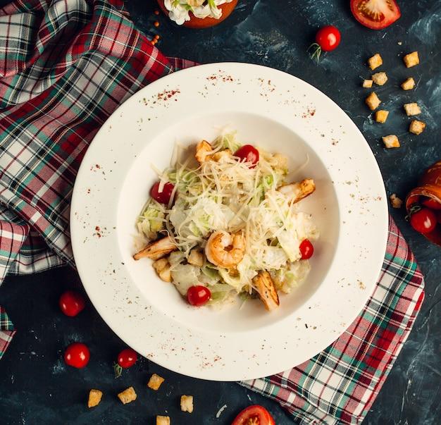 Salada de camarão com legumes cozidos