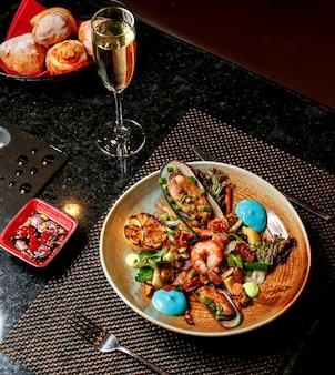 Salada de camarão com legumes na mesa