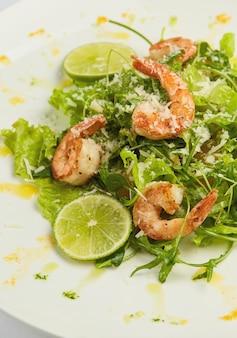 Salada de camarão com limão
